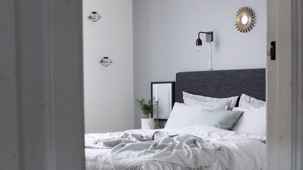 Familjens enkla, skandinaviska sovrum är inrett i neutrala färger.