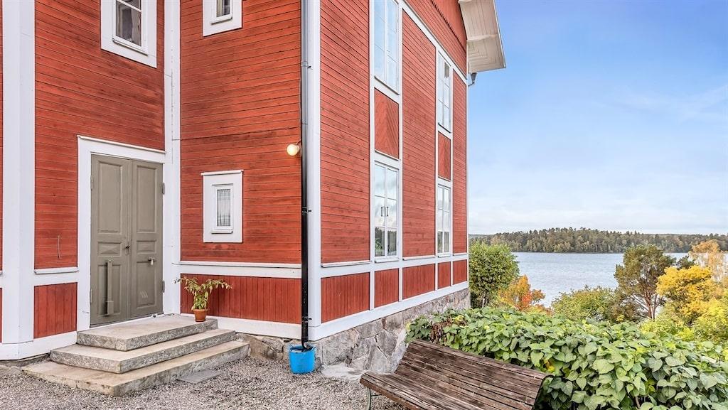 Huset byggdes 1900 och är ett av totalt nio stycken i fritidsbyn som är vackert belägen vid Mälaren på Ekerö utanför Stockholm.