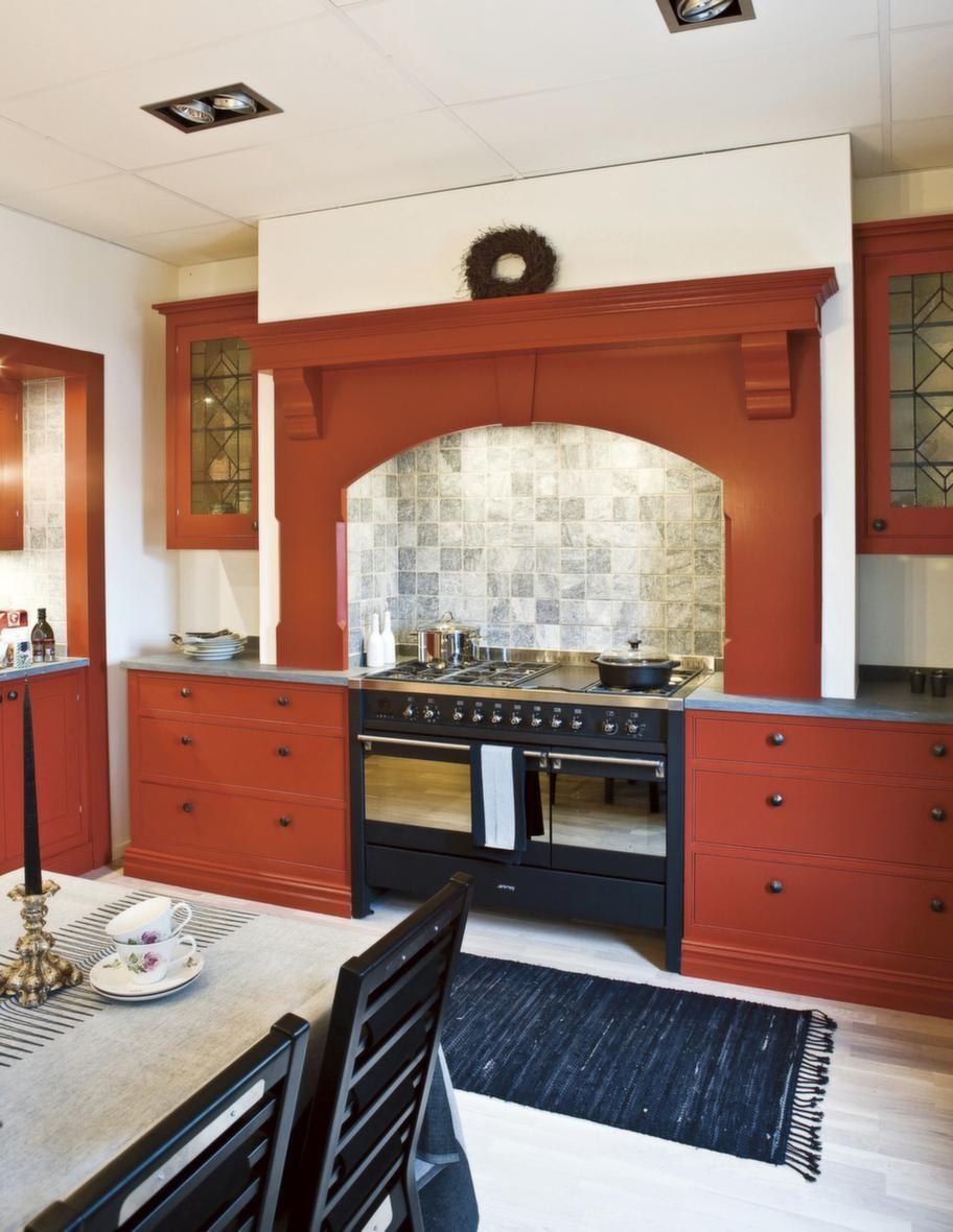 """<strong>New port, Lidhults</strong><br><span style=""""text-decoration: underline;"""">Välkomnande i rött</span><br>Ett välkomnande kök i Karin och Carl Larsson-anda. Newport är fyllt av vackra detaljer, som de blyinfattade glasen i vitrinskåpen och den utsmyckade krönlisten över spisen. Newport finns i olika färger, här i rött. Det levereras alltid grundmålat och penselmålas på plats.<br>Pris: cirka 95 000 kronor"""