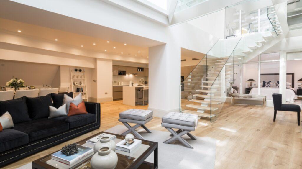 """En """"flytande"""" trappa med glasbotten leder mellan husets nedre plan och övervåningen i ett av världens dyraste studentboenden."""