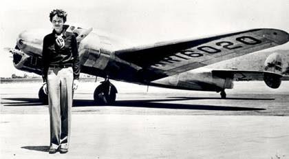 Redo. Amelia Earhart framför planet som skulle föra henne jorden runt. Men någonting gick mycket fel under resan. Hennes försvinnande räknas som ett av de stora olösta mysterierna i modern tid.