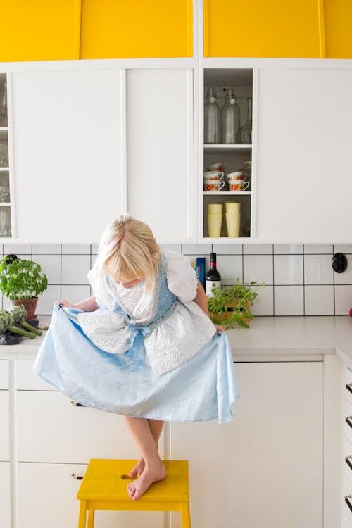 Prinsessan Ärla, 6 år, hittar en egen scen på kökspallen.
