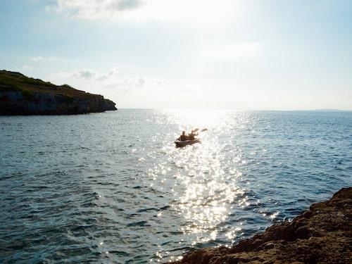 Bor du på Cap Rocat kan du låna kajaker och paddla runt viken.