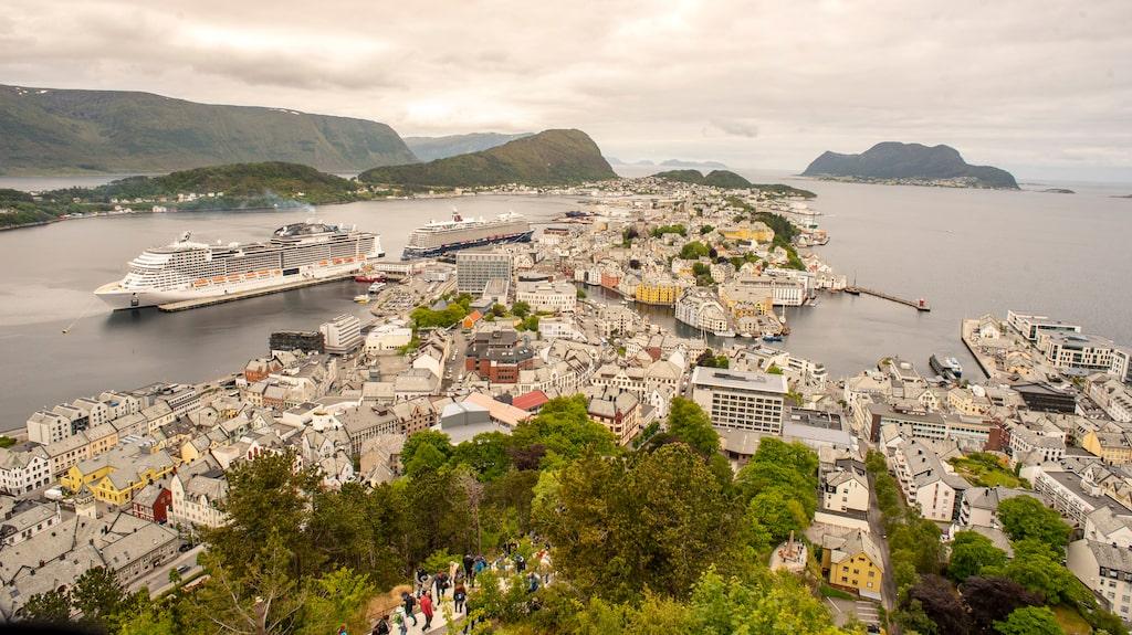 Ålesund är omgärdad av berg och fjordar.