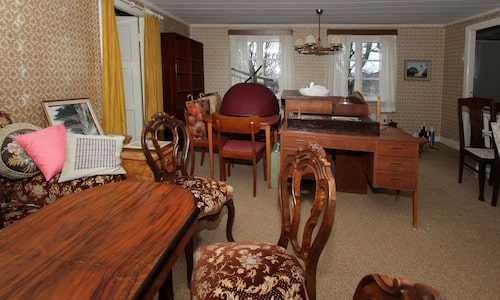 Huset är fullt av fina gamla möbler.