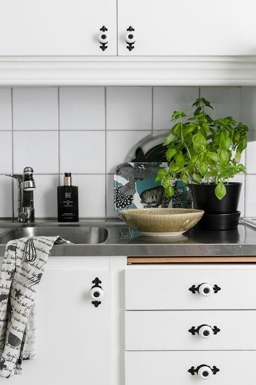 Hyreslägenhetens kök piffades till med knoppar köpta på Ebay. Liten bricka, Nadja Wedin och skål, Sthål.