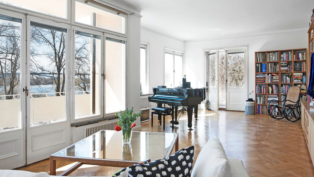 Sällskapsrummet är på hela 40 kvadratmeter och här ryms flera soffgrupper, flygel och olika utgångar till balkongen som går runt hela våningen.