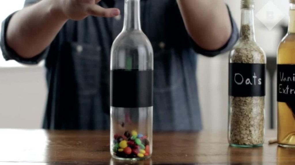 Använd flaskorna som förvaring, till exempel. Det blir superläckert att ha havregryn, socker eller något annat i glasflaskorna.