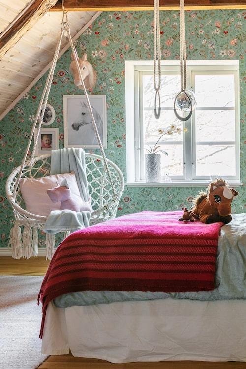 Miras rum är tapetserat med Spring to life från Pip Studio. Hängstolen är från Netto och ringarna från Lekia.