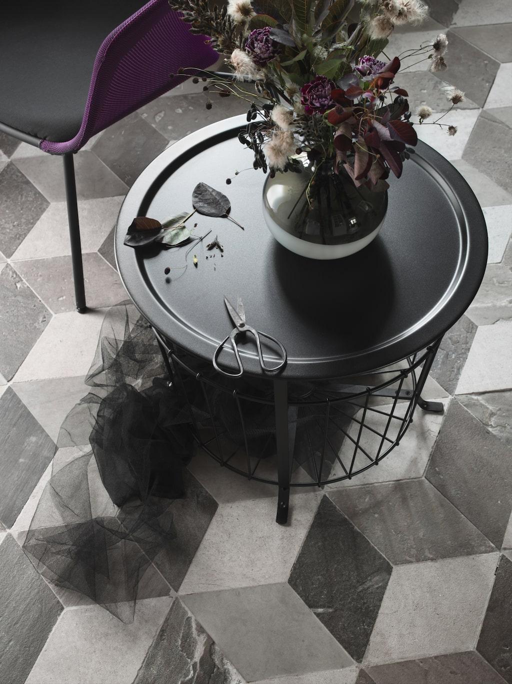 Gulalöv förvaringsbord har en luftig design som gör bordet lätt att flytta runt, och ger både praktisk förvaring och exponering av allt från filtar till tidningar. Bordet passar som både soffbord, avlastningsbord eller sängbord. Pris: 499 kr.