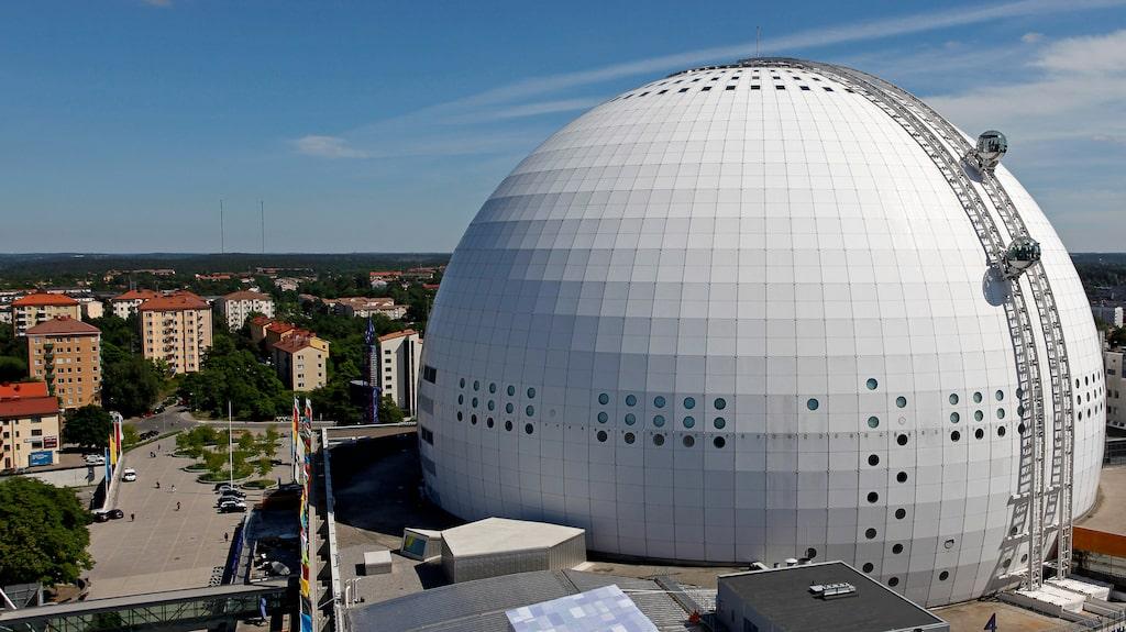 Globens två Skyviewkabiner, på väg upp – och ned.