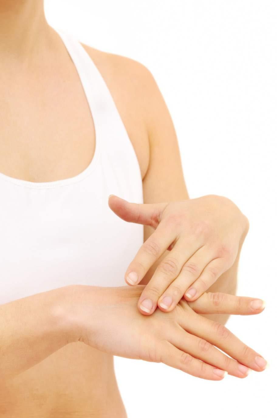 Åldern syns på dina händer. Här får du tips på bra produkter - för just din ålder.