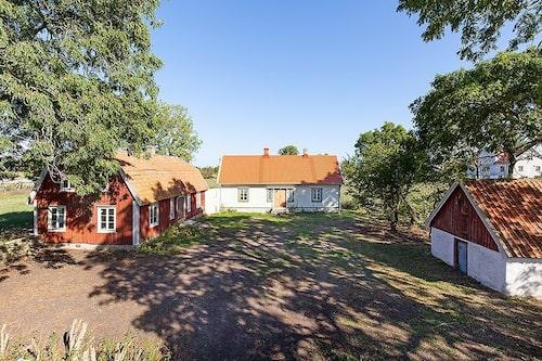 Gården består av två hus, en ladugård och en matkällare – och massor av mark.