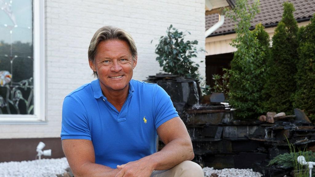 Mikael Sandström berättar att det går minst 100 000 kronor att renovera, vad han än tar sig an.