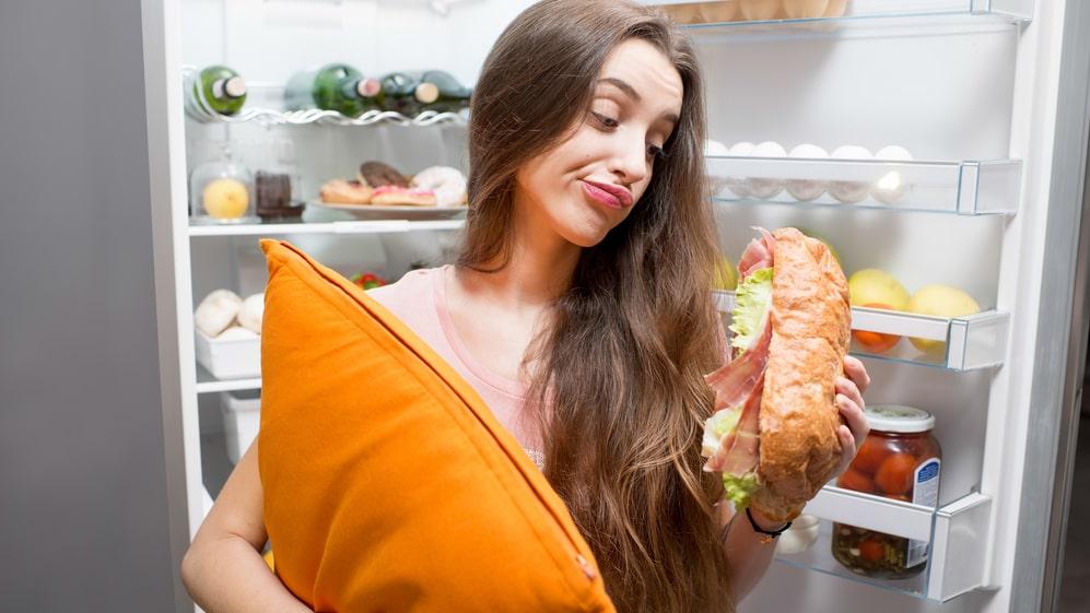 Enligt forskning är vår inre klocka inte är inställd på att äta under natten – ämnesomsättningen är helt enkelt lägre