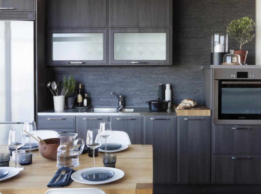 """<strong>Norddesign kök</strong><br><span style=""""text-decoration: underline;"""">Nyhet med nordisk känsla</span><br>En nyhet från Norddesign. Detta kök är tänkt att ge en nordisk träkänsla. Det går i en grå varm färgskala och har sparsmakat med detaljer.<br>Pris: En köksrenovering med Nordic grey kostar från 25 000 kronor."""