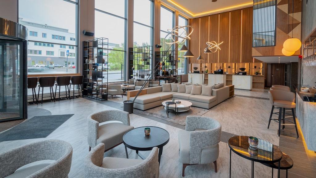 Lobbyn på AC by Marriott Stockholm Ulriksdal är stilrent inredd i sofistikerade naturfärger.