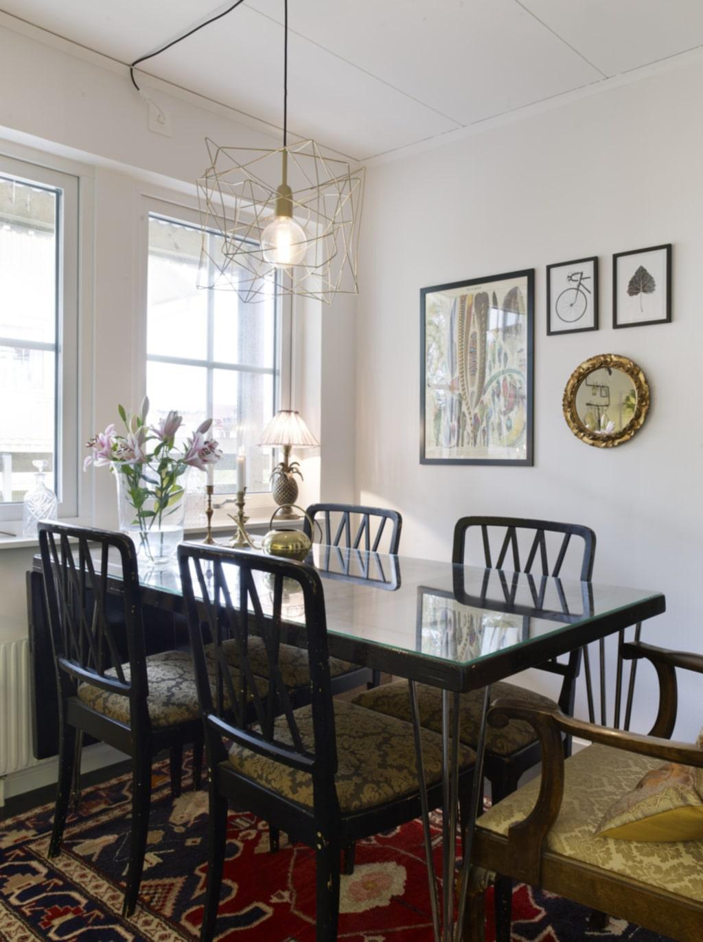 Bord av dörr. Köksbordet är en gammal dörr från 1800-talet som sprejats i guldfärg och sen målats med svart färg krackeleringslack.