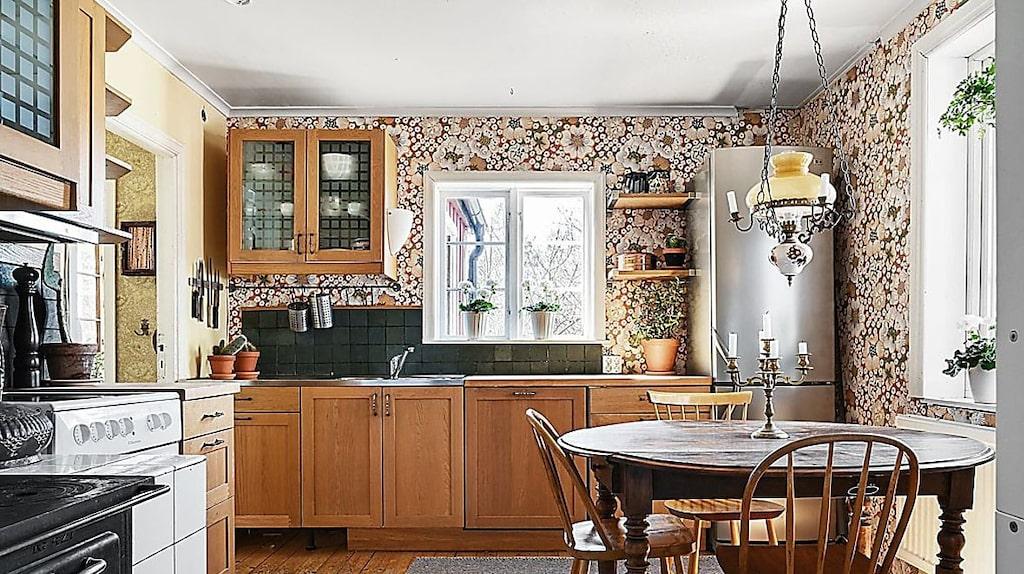 I köket är det Josef Frank-tapeter som fått plats på väggarna.