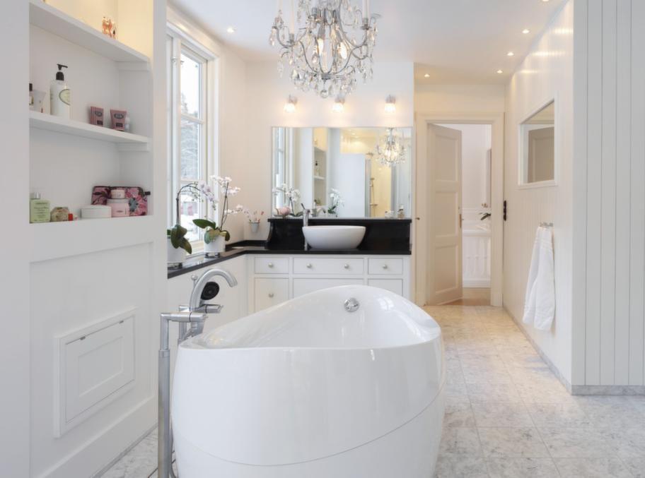 """<span style=""""text-decoration: underline;"""">Newport, Lidhults - Lyxigt med runda former</span><br>Newport är ett lyxigt badrum med rundad porslinsho och badkar som mjukar upp helhetsintrycket. Varmvitt porslin och svarta stenskivor skapar en fin kontrast.<br>Pris: Kommoden kostar cirka 80 000 kronor, då ingår handfat, blandare och toppskiva/hylla. Spegel, 2 600 kronor, badkar, 46 200 kronor"""