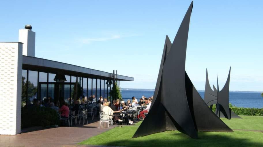 Konstmuseumet Louisianas trädgård ligger vackert vid havet. Kaféet har en vidunderlig utsikt.