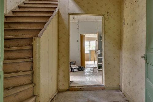 Förråd finns under trappan.