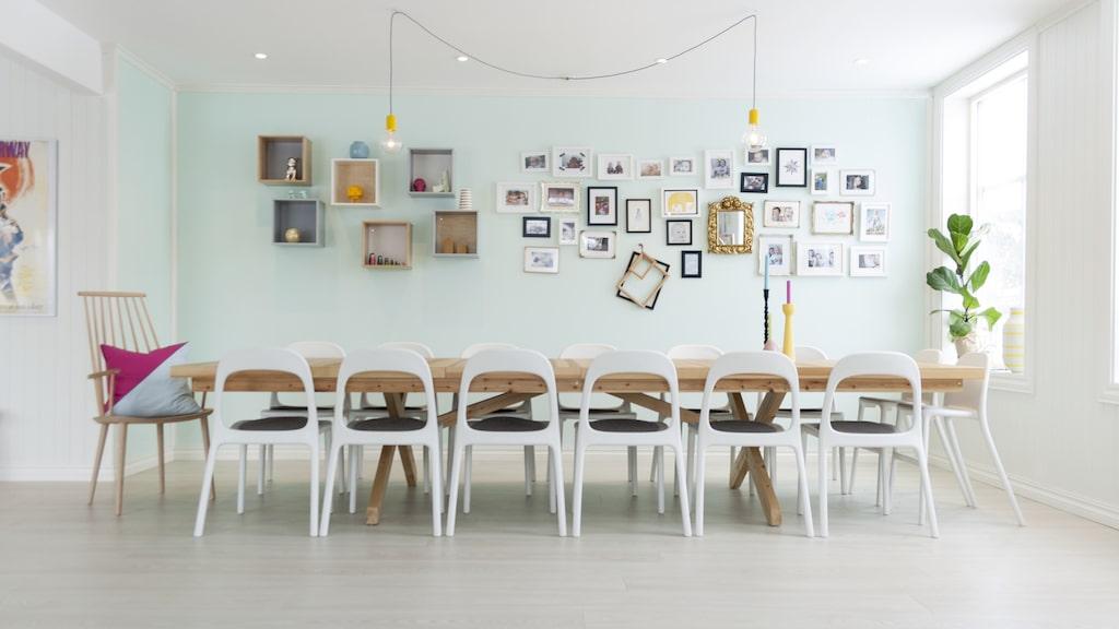 Matbordet är tillverkat av sex bordsplankor av bordet Liden från Ikea. Trude och Lasse har gjort ram och ben själva. Stolar och vägghyllor från Ikea. Pinnstol från Hay. Nya ramar från Ikea och Clas Ohlson har blandats med ärvda ramar. Lamporna över matbordet är från Clas Ohlson och har sprej målats gula.