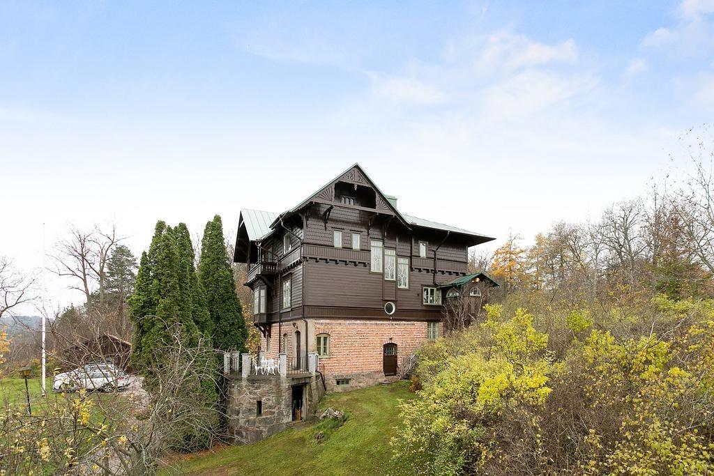 Själva bostadshuset är 202 kvadrateter och tomten ligger på 5 049 kvadrat.