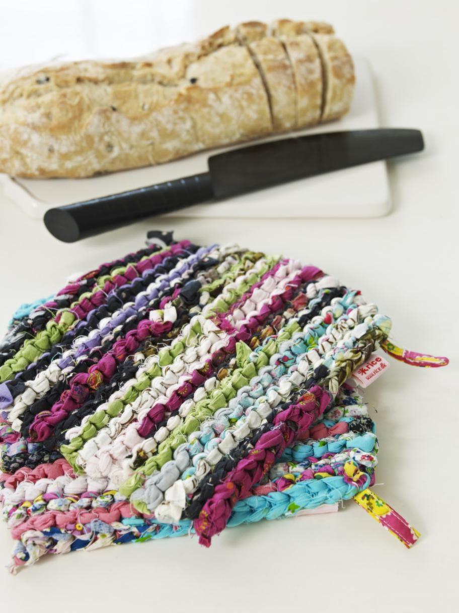 Av trasor<br>Charmiga stickade gryt-lappar som små trasmattor, 69 kronor styck, skärbräda, 209 kronor, Syster lycklig. Kniven igår i knivsetet Mussla, 349 kronor, Ikea.