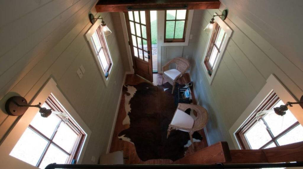 Utsikt från loftet. Det där är entrén, där man kommer in till en liten loungedel.