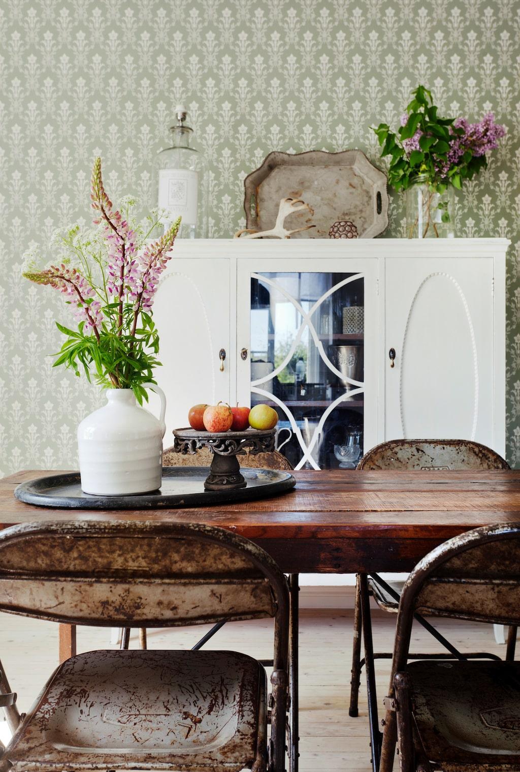 Köksbord och stolar kommer från Huldas, Örebro. Skåpet är inköpt på loppis. Blomvaser och horn kommer från CE inne ute i Örebro. Tapeten kommer från Duro ur kollektionen gammelsvensk. Taklampan kommer från Lamplagret i Örebro.