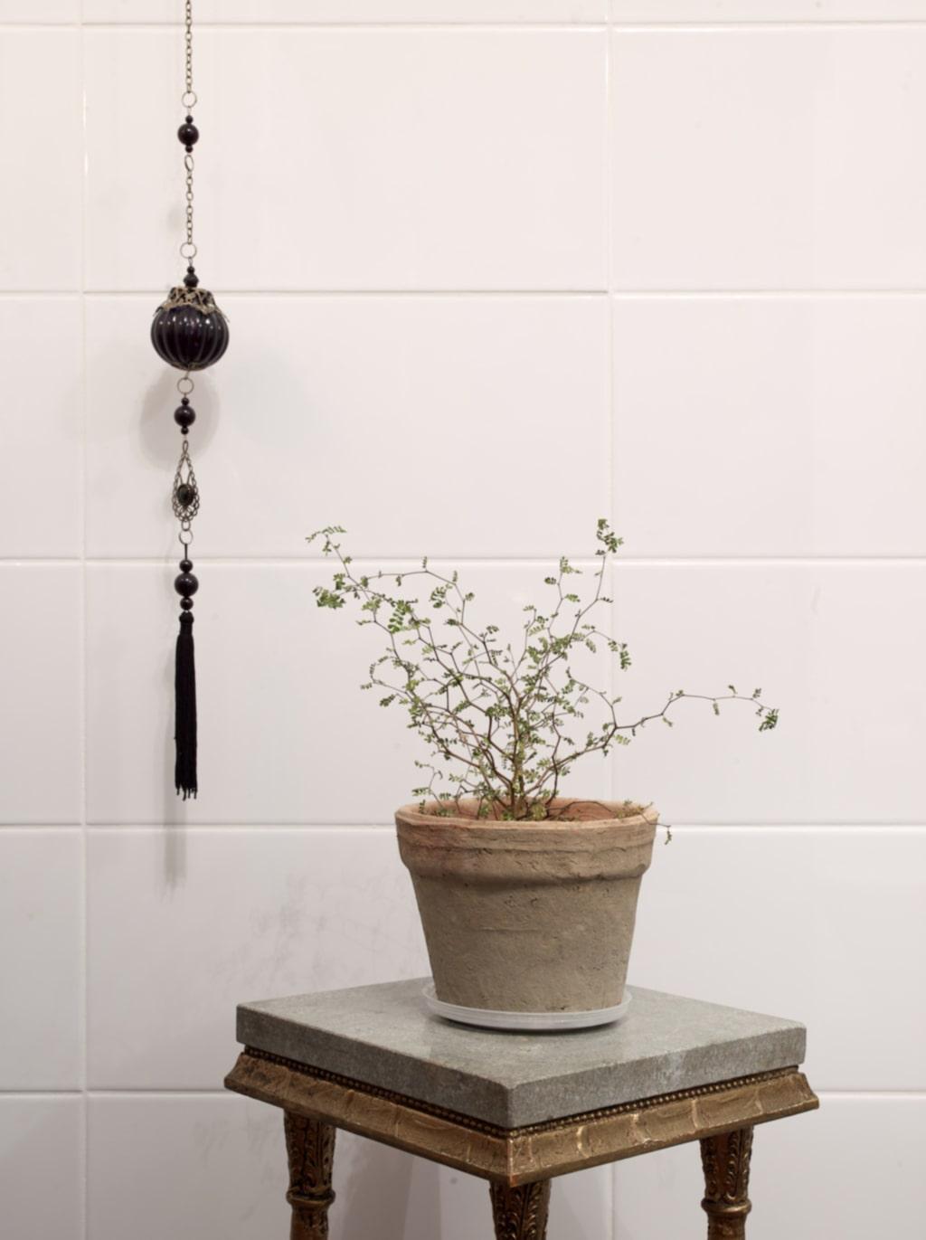 Guld & marmor. Lovisa älskar piedestaler, speciellt med guld och marmor. Detaljen som hänger i handdukshållaren kommer från Indiska.