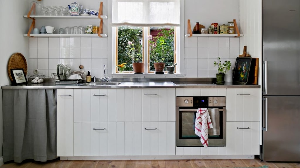 Köket är i lantlig stil.