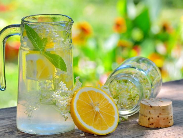 Finns det något somrigare än ett fräscht kallt glas flädersaft?