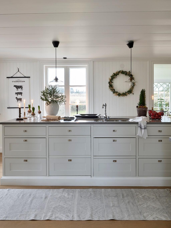 Köket är nytt men har en lantlig stil. Kök Form, från Marbodal. Bänkskiva, Dala Sten. Knoppar, från Byggfabriken. Matta, House Doctor. Affisch, Grafstad. Lampor, Watt & Veke.