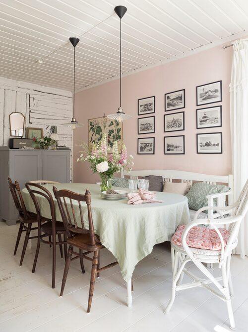"""Paret har ännu inte tagit sig an matrummet utan prioriterat de delar av huset som hade större renoveringsbehov. """"Vi hade aldrig valt rosa väggar, men jag måste säga att kulören gör rummet väldigt trivsamt"""", säger Erica. Samtliga möbler är köpa på Blocket eller loppis."""