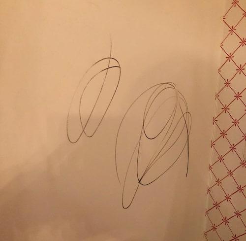 Ingen märkte att Oliver fått med sig en penna och börjat rita på väggen.