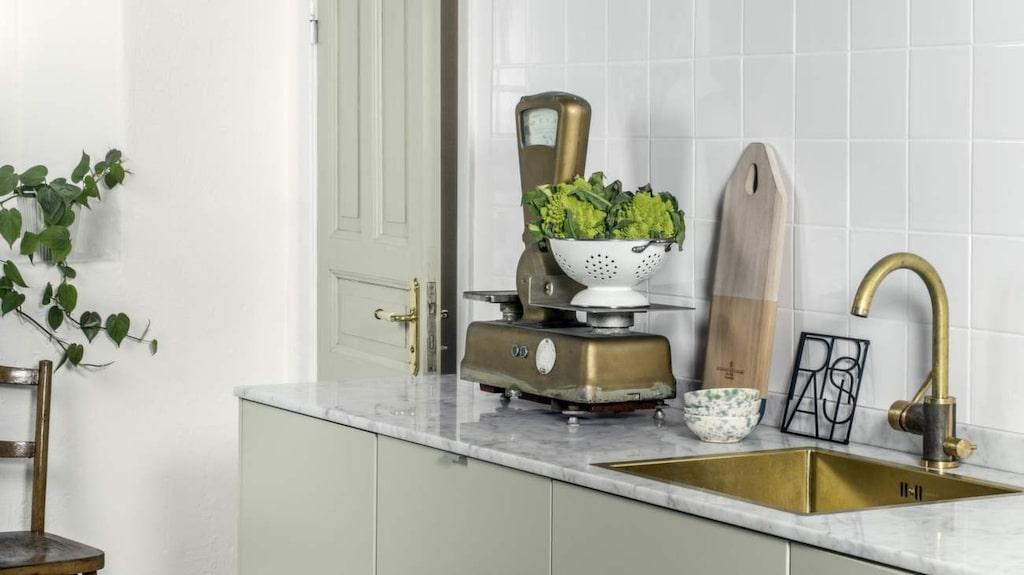 <p>Måla om köket. Inredningsbloggaren Tant Johanna (Johanna Bradford) har handplockat färgpaletten i nya färgkollektionen från Sadolin. Färgerna återger naturens nyanser och består av tre huvudfärger och tre komplementfärger. De skiftar åt grått med inspiration av grönt och blått. I detta kök hittar du kulörerna Green Mist på snickerierna och Ivory White på väggen.</p>