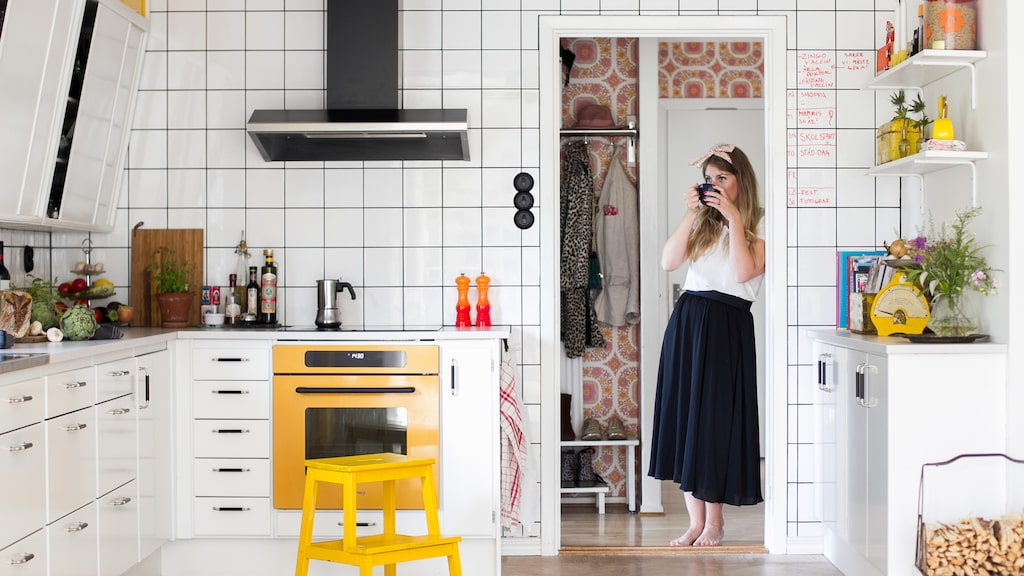 Ett vedumkök med återbrukade sneda överskåp från 50-talet. I en tegelvilla i Glumslöv utanför Landskrona har familjen Svartz/Jepson skapat sitt drömkök med ugn och induktionshäll från Smeg.