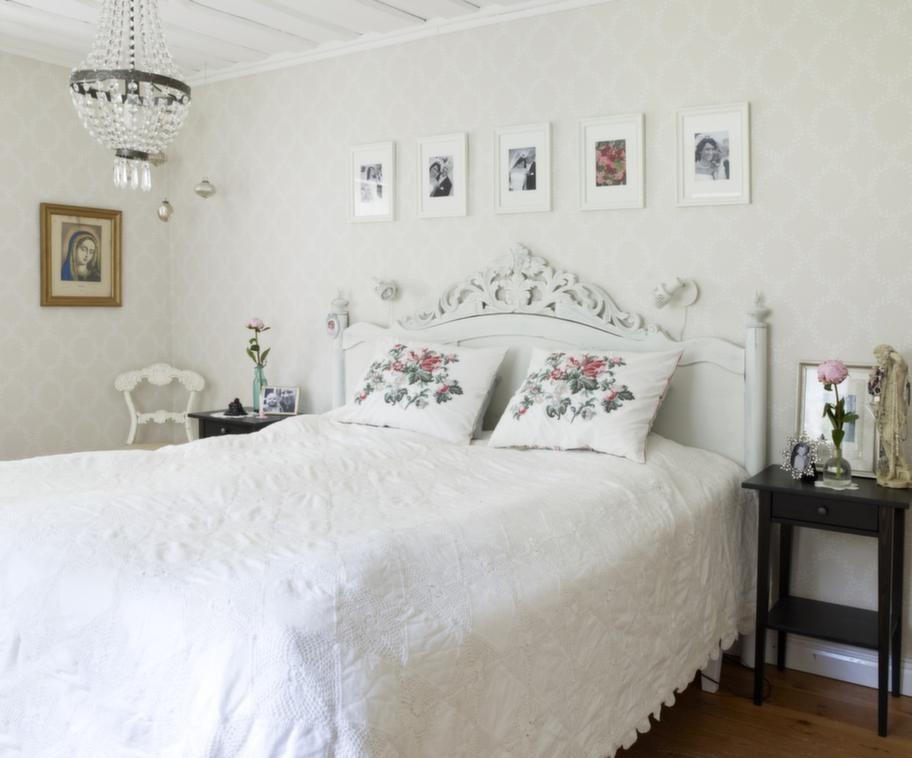 Sött. Den gamla soffgaveln är perfekt som sänggavel.