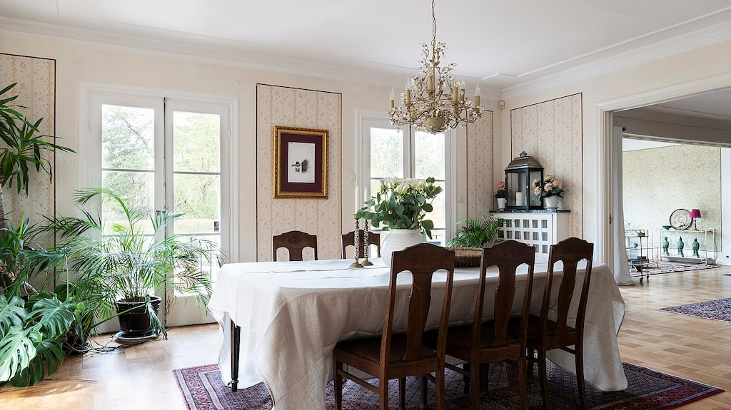 Matsal med gott om plats för större sällskap. Stor öppning till vardagsrum samt flera utgångar till terrassen.
