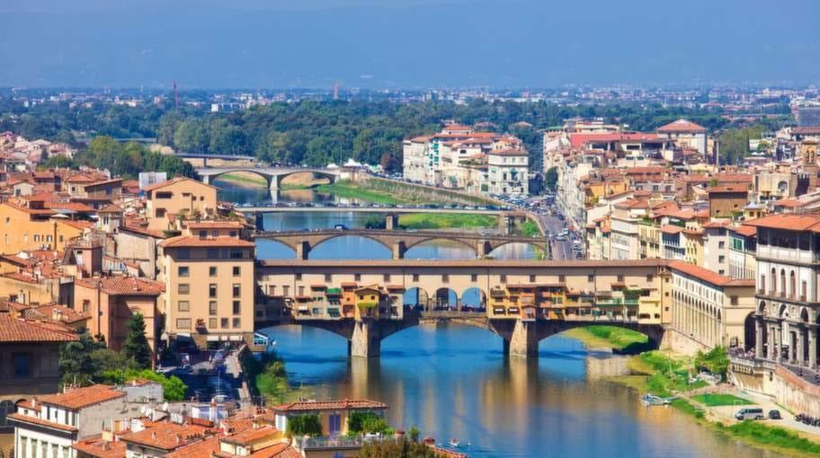Vy över staden och kända bron Ponte Vecchio.