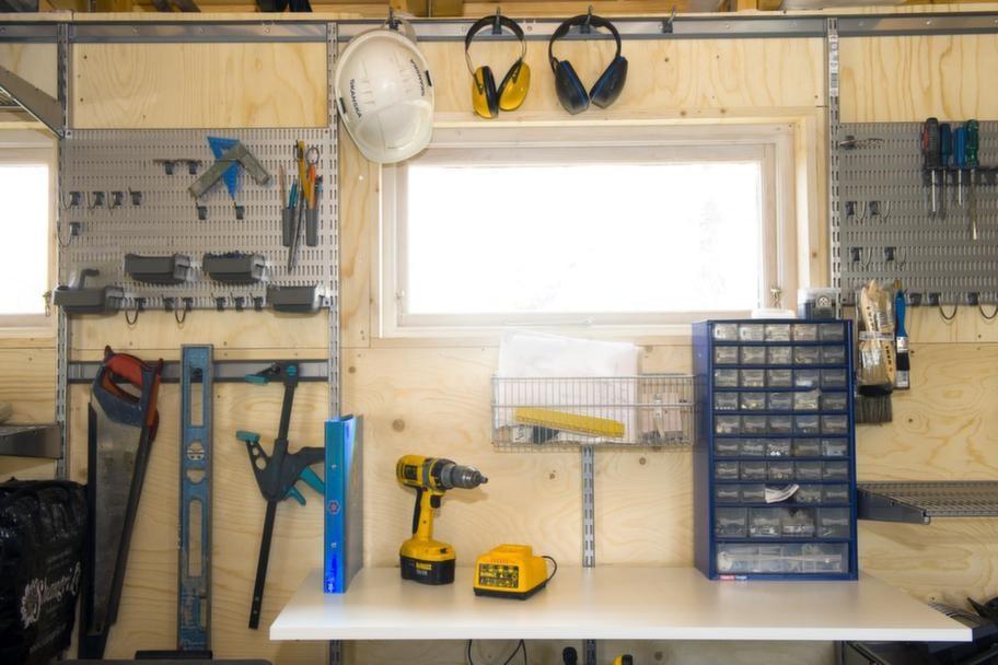 EGEN SNICKARVERKSTAD<br>Detta är verkligen ett garage med plats för allt. Så även en snickarverkstad med alla dess detaljer som skruvar och muttrar.