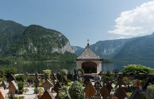 Hallstatt kyrkogård. Magisk utsikt över Hallstätter See.