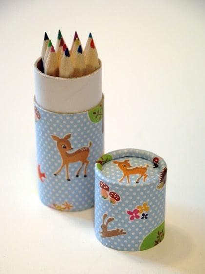 Färgglatt. Ge den ritsugne en liten burk med färgpennor som är så söt att den inte behöver städas undan, 25 kronor, cosas.se