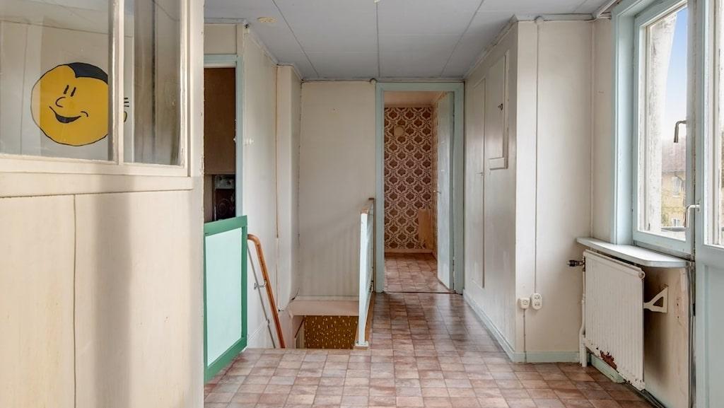 Tvåvåningshuset är till salu för 1 miljon kronor.