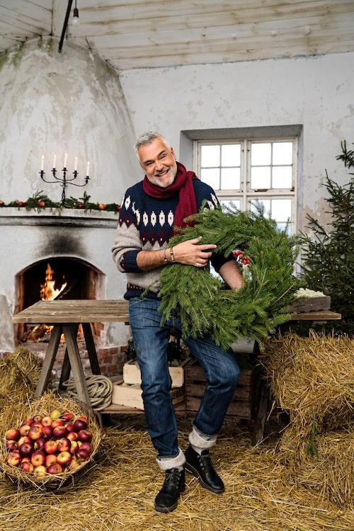 """Den 5 december börjar nya säsongen av """"Jul med Ernst"""". Bland annat visar han hur man gör vackra fönsterdekorationer av flingsalt och dekorativa rosor av mandarinskal."""