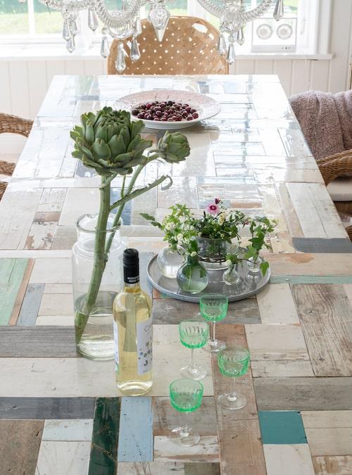 Matbordet av spillvirke ger en spännande kontrast mellan gammalt och nytt, av Piet Hein Eek.