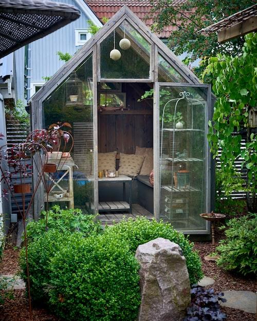 Växthuset står alltid öppet. Här odlas ingeting eftersom det mesta torkar ut. I stället används det för mysiga vinkvällar eller fika regniga dagar. Kuddar, Chamois.
