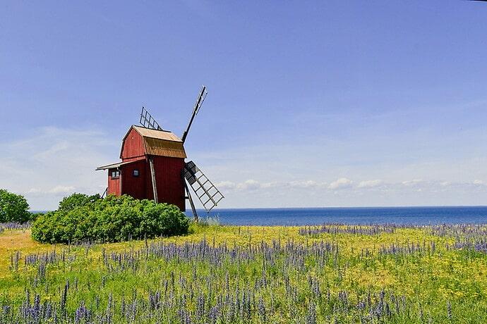 Från väderkvarnen har du fri utsikt över Kalmarsund.